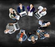 Concetto dei dispositivi di Digital del computer portatile di tecnologia di comunicazioni globali Fotografia Stock