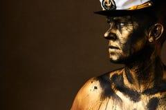 Concetto dei duri lavori Minatore di oro e del carbone, lavoratore sporco contro dar fotografia stock libera da diritti