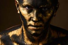 Concetto dei duri lavori Minatore di oro e del carbone, lavoratore sporco contro dar fotografia stock