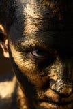 Concetto dei duri lavori Minatore di oro e del carbone, lavoratore sporco contro dar fotografie stock