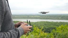 Concetto dei fuchi personali Uomo con il fuco di volo stock footage