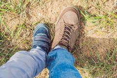 Concetto dei primi punti - piede del padre e del figlio in scarpe da tennis alla moda Immagine Stock