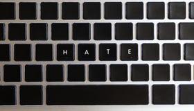 Concetto dei problemi di Internet di oggi Titolo di odio isolato sulla tastiera del taccuino con le chiavi in bianco immagine stock libera da diritti