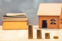 Concetto dei soldi di risparmio per l'acquisto della casa nuova per la vostra famiglia fotografia stock libera da diritti