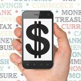 Concetto dei soldi: Mano che tiene Smartphone con il dollaro su esposizione Immagine Stock