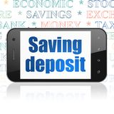 Concetto dei soldi: Smartphone con il deposito a risparmio su esposizione Immagini Stock Libere da Diritti