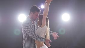 Concetto del ballo e delle relazioni sociali Giovani belle coppie che ballano bachata sensuale di ballo stock footage