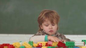 Concetto del banco Scuola elementare e istruzione I bambini si prepara per scuola Concetto di infanzia Sogno del ragazzino video d archivio