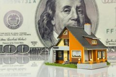 Concetto del bene immobile sulla grande priorità bassa del dollaro Immagine Stock