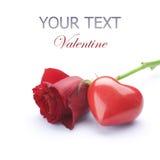 Concetto del biglietto di S. Valentino. Rosa e cuore rossi Fotografia Stock