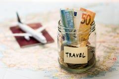 Concetto del bilancio di viaggio, risparmio dei soldi in un barattolo di vetro immagine stock libera da diritti