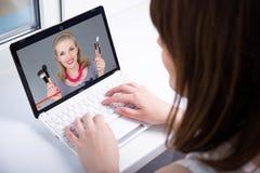 Concetto del blog di bellezza - punto di vista posteriore della donna che guarda sul vide del computer portatile Immagine Stock Libera da Diritti