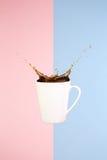 Concetto del caffè Arte minima Fondo solido Il caffè spruzza fotografia stock libera da diritti