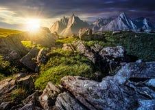 Concetto del cambiamento di tempo picchi e rocce rocciosi sul pendio di collina in alto T Fotografie Stock Libere da Diritti