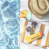 Concetto del cappello di freddo della protezione solare degli occhiali da sole dello stagno di estate Fotografia Stock