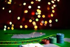 Concetto del casinò, delle carte da gioco e dei soldi Pile di chip di mazza fotografia stock libera da diritti