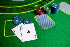 Concetto del casinò, delle carte da gioco e dei soldi Pile di chip di mazza Immagini Stock Libere da Diritti