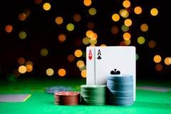 Concetto del casinò, delle carte da gioco e dei soldi Pile di chip di mazza Fotografie Stock