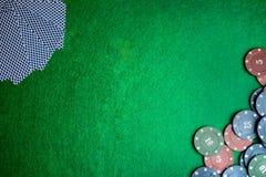 Concetto del casinò, delle carte da gioco e dei soldi Pile di chip di mazza Fotografia Stock