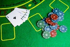 Concetto del casinò, delle carte da gioco e dei soldi Pile di chip di mazza Immagine Stock