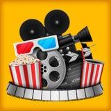 Concetto del cinema con l'insieme di elementi del cinema della bobina di film, ciac, popcorn, 3d vetri, macchina fotografica illustrazione vettoriale