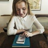 Concetto del collegamento del telefono di lettura rapida della ragazza Fotografia Stock