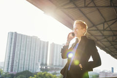 Concetto del collegamento del telefono di Lifestyle Using Mobile della donna di affari fotografia stock