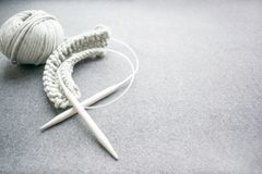 Concetto del cucito: ferri da maglia, filo di cotone legato con corde grigio, s fotografia stock