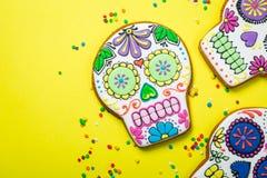Concetto del diametro de los muertos - il cranio ha modellato i biscotti con le decorazioni variopinte Fotografia Stock Libera da Diritti