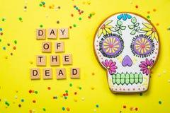 Concetto del diametro de los muertos - il cranio ha modellato i biscotti con le decorazioni variopinte Fotografie Stock