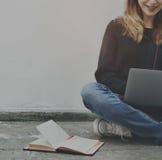 Concetto del dispositivo di Woman Browsing Notebook Digital dello studente Immagini Stock