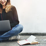 Concetto del dispositivo di Woman Browsing Notebook Digital dello studente Immagini Stock