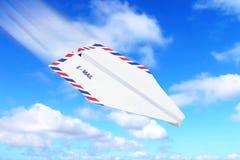 Concetto del email dell'aeroplano di carta e del cielo Immagini Stock