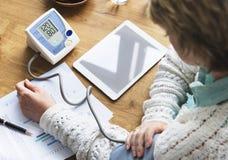 Concetto del farmaco di pressione sanguigna di sanità dello sfigmomanometro fotografia stock