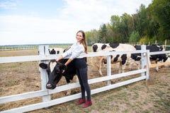Concetto del gente e di agricoltura di zootecnia di industria, di azienda agricola, Immagini Stock
