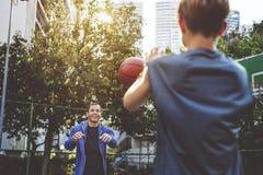 Concetto del gioco di Bounce Coaching Exercise dell'atleta di pallacanestro Fotografie Stock