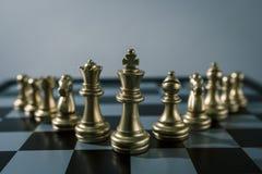 Concetto del gioco di scacchiera del gruppo e della concorrenza di affari Immagini Stock