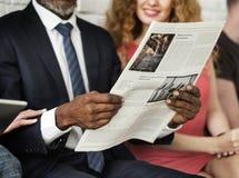 Concetto del giornale della lettura dell'uomo di affari fotografie stock