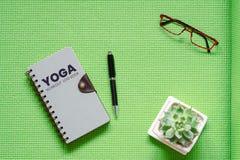 Concetto del giornale di bordo di allenamento di yoga, vista superiore di disposizione piana dell'allenamento di yoga Fotografia Stock