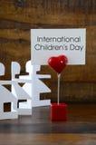 Concetto del giorno dei bambini internazionali con gli omini di carta Fotografia Stock