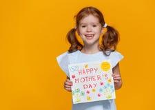 Concetto del giorno del ` s della madre ragazza di risata allegra del bambino con postc immagini stock