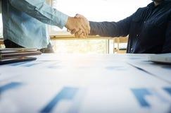 Concetto del gruppo di affari, due genti di affari che stringono le mani mentre s Fotografie Stock Libere da Diritti
