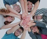 Concetto del gruppo e dell'affidabilità: un gruppo degli studenti che stanno dentro Immagine Stock