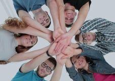 Concetto del gruppo e dell'affidabilità: un gruppo degli studenti che stanno dentro Fotografia Stock
