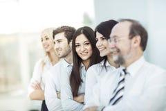 Concetto del gruppo lavoro-professionale di affari del gruppo che sta accanto a ogni altro Immagine Stock
