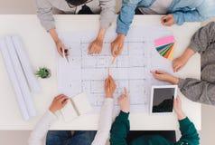Concetto del lavoro della squadra Disegno maschio e femminile dei colleghi dell'architetto immagini stock libere da diritti