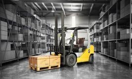 Concetto del magazzino il carrello elevatore nella grande consegna del magazzino Immagine Stock