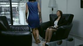Concetto del negoziato, consiglio psicologico La donna comunica con una riuscita donna video d archivio