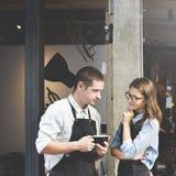 Concetto del negozio di Partner Working Coffee di barista fotografia stock libera da diritti