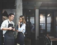 Concetto del negozio di Partner Working Coffee di barista fotografie stock libere da diritti